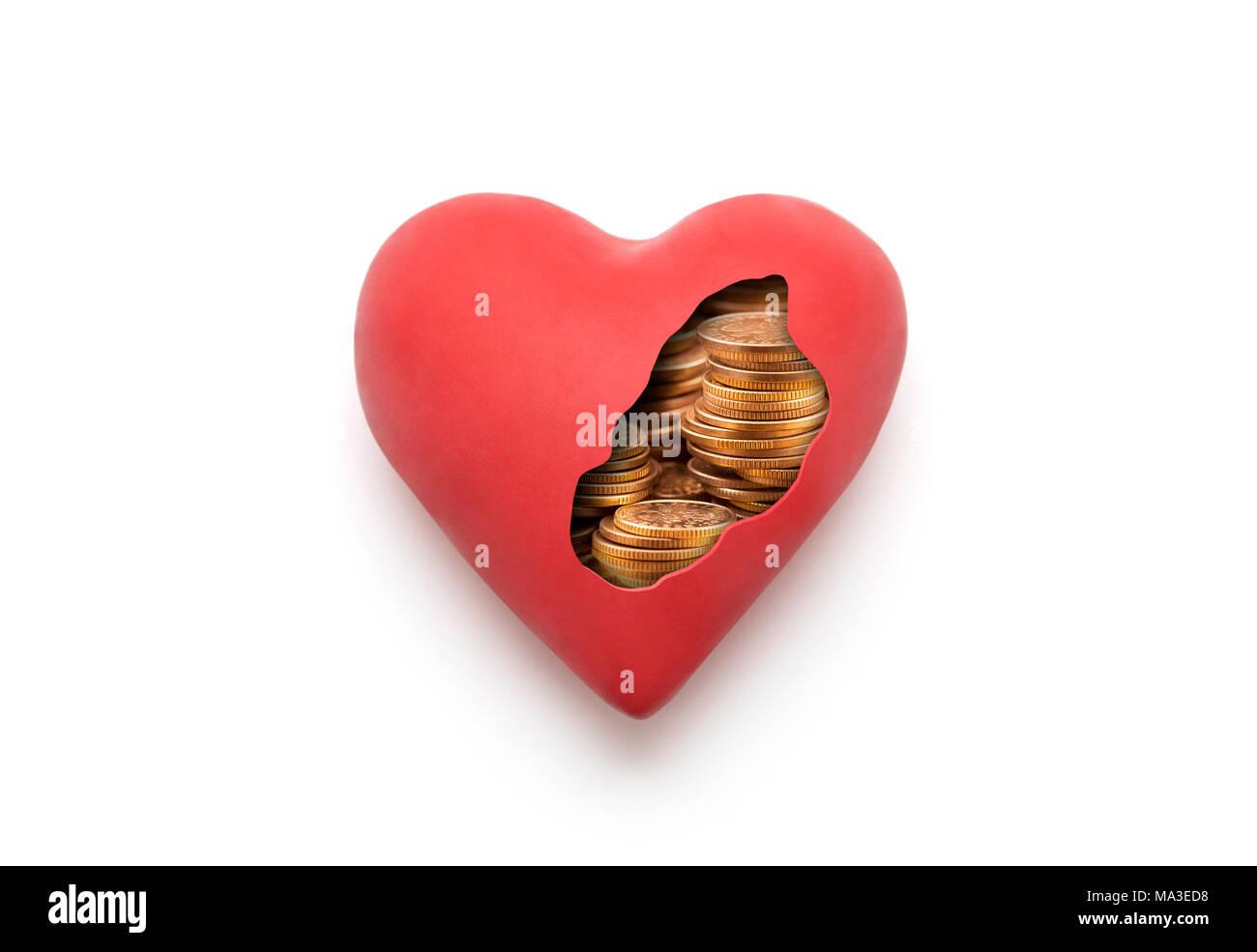 Rotes Herz mit goldenen Münzen über weißen Hintergrund mit Freistellungspfad Stockbild