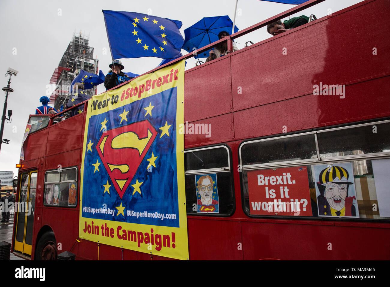 """London, Großbritannien. 29. März, 2018. Pro-EU-Aktivisten Protest gegenüber der Downing Street der erste Jahrestag der Auslösung der Artikel 50 und ein Jahr vor dem Beenden des Vereinigten Königreichs aus der Europäischen Union, oder Brexit zu markieren, wird festgelegt, stattfinden. Die Demonstranten verkleidet als """"EU-Super Heroes' und 'Brexit Schurken'. Credit: Mark Kerrison/Alamy leben Nachrichten Stockfoto"""