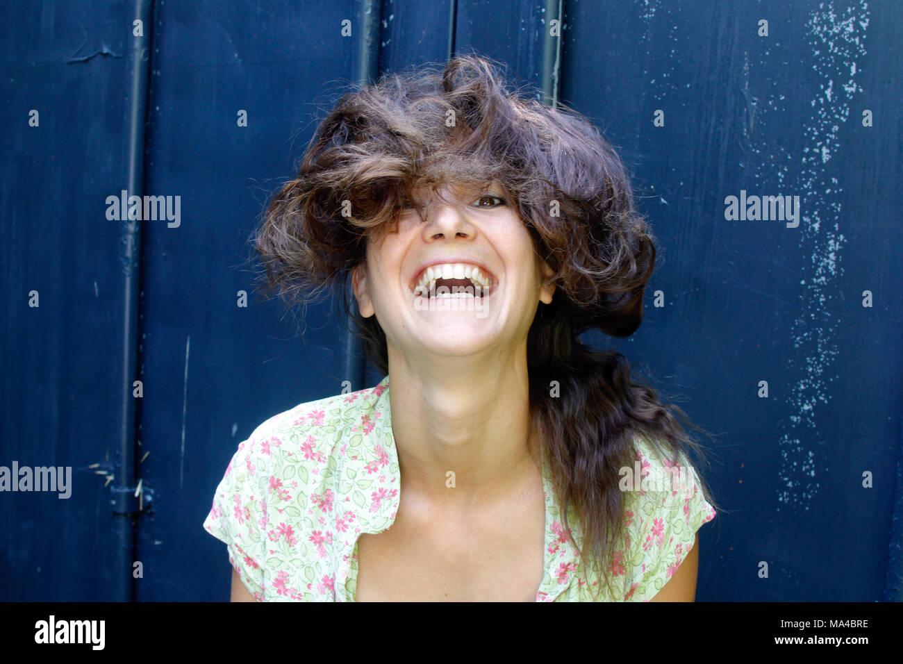 Porträt einer sehr glücklich Frau in den 30er Jahren. Stockbild
