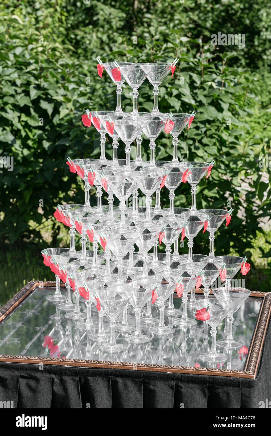 Champagner Glas Pyramide auf Hochzeit Party. Turm von Gläsern Wein Stockbild