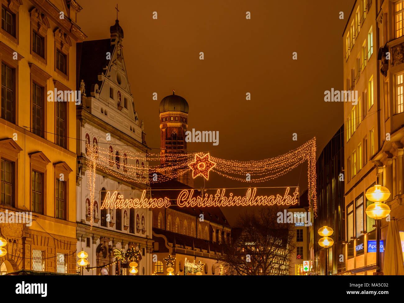 Deutschland, Bayern, Oberbayern, München, Neuhauser Straße, Weihnachtsmarkt, Michaelskirche (Kirche) und der Frauenkirche (Kirche) Stockbild