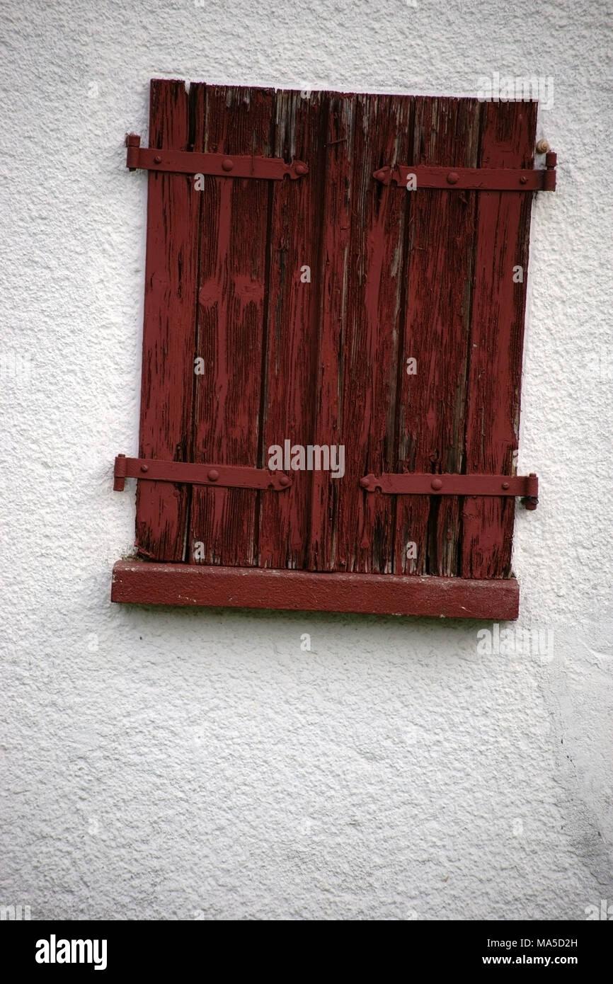 Geschlossen alte Fensterläden auf eine nostalgische Fenster Stockbild