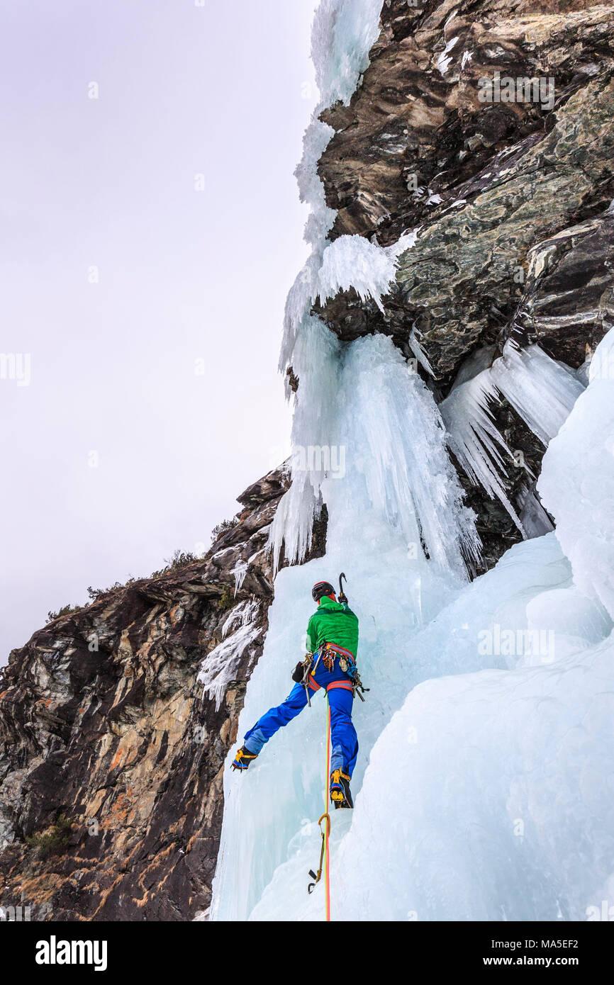 Eisklettern, Specchi Eisfall (Cascata degli Specchi), malenco Tal, Valtellina, Lombardei, Provinz Sondrio, Italien Stockbild