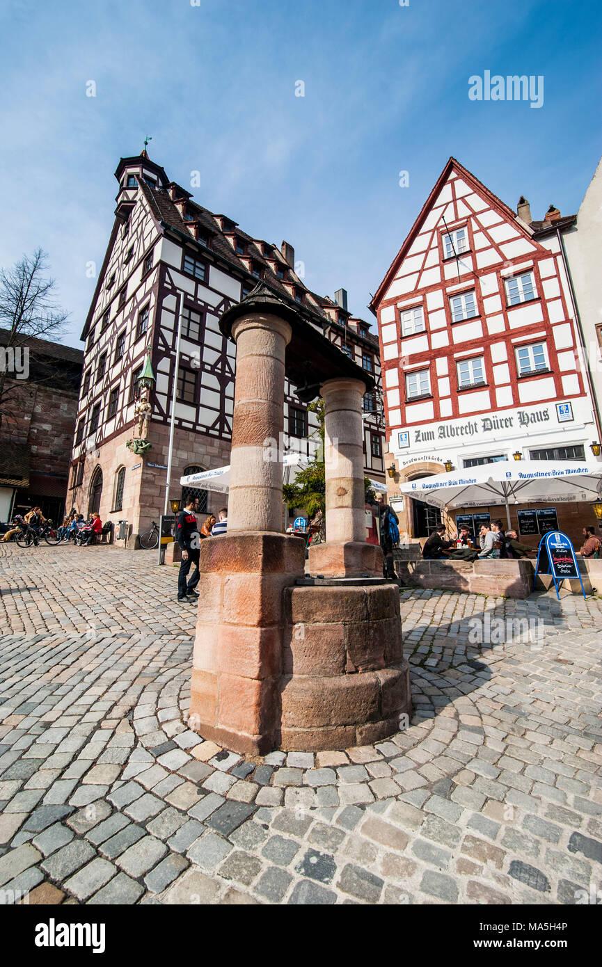 Fachwerkhäuser und Open air Cafés am Albrecht Dürer Platz im mittelalterlichen Zentrum der Stadt Nürnberg, Bayern, Deutschland Stockbild
