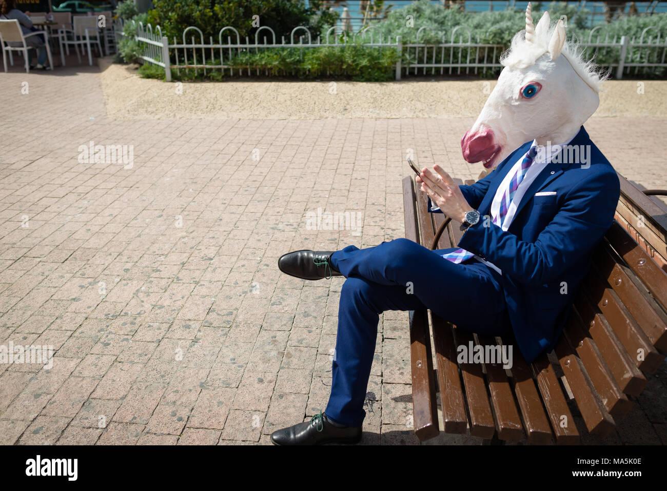 Junge Lustig Mann In Anzug Sitzt Auf Der Bank Auf Straße Der Stadt