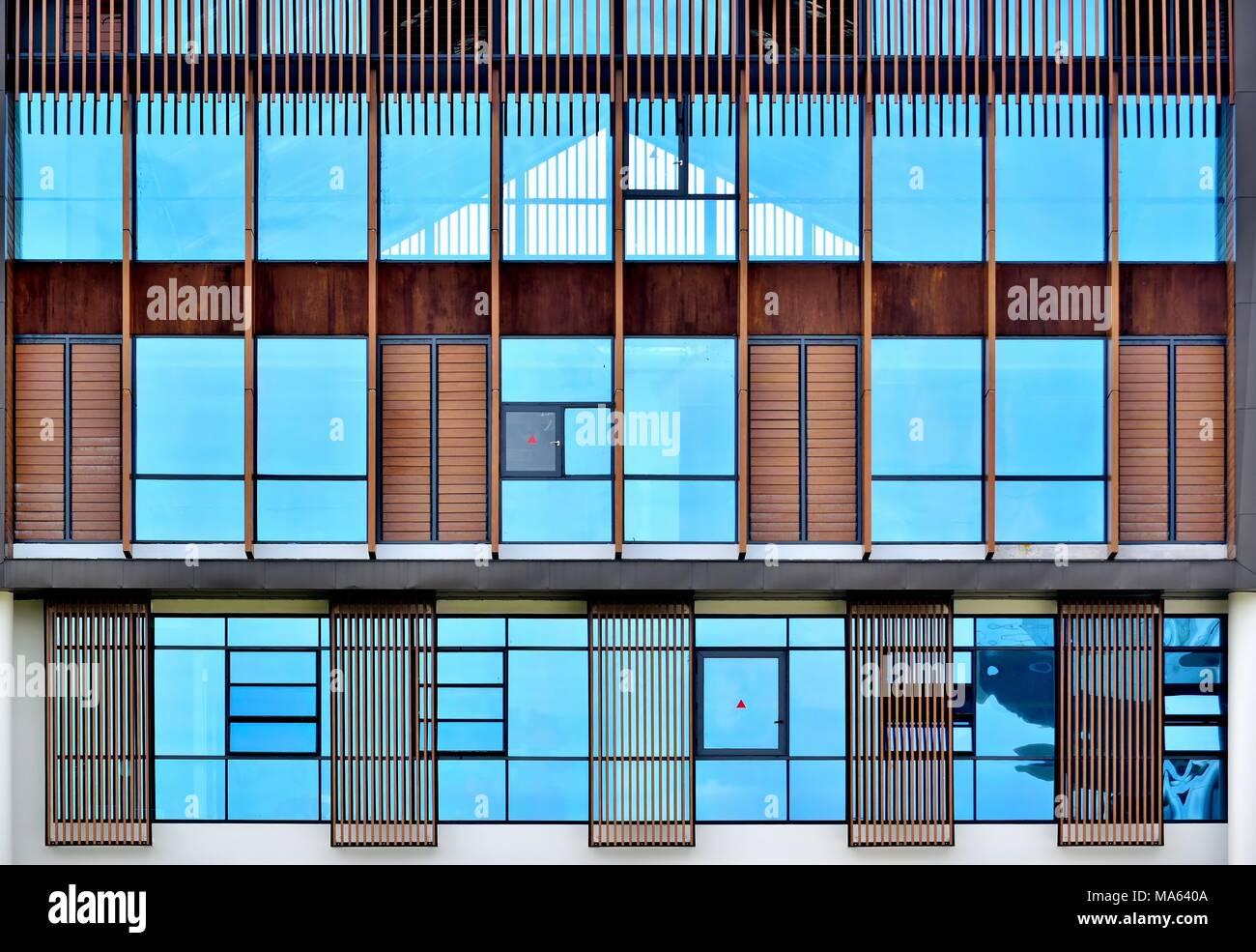 Vorderansicht des modernen Luxus haus mit blauen Fenstern und ...