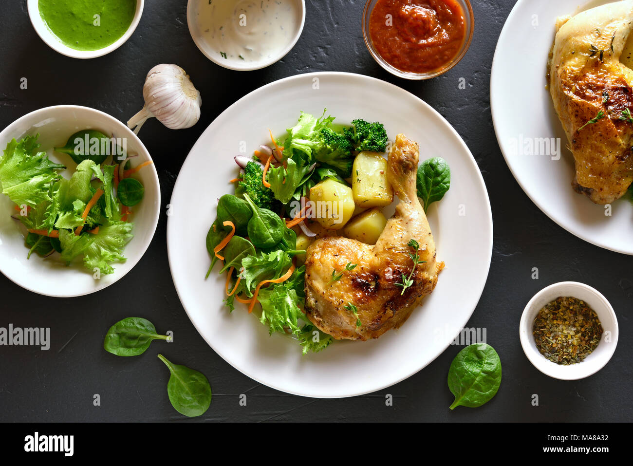 Teller her. Fried Chicken Bein mit Kartoffel- und grünem Salat. Ansicht von oben, flach Stockbild