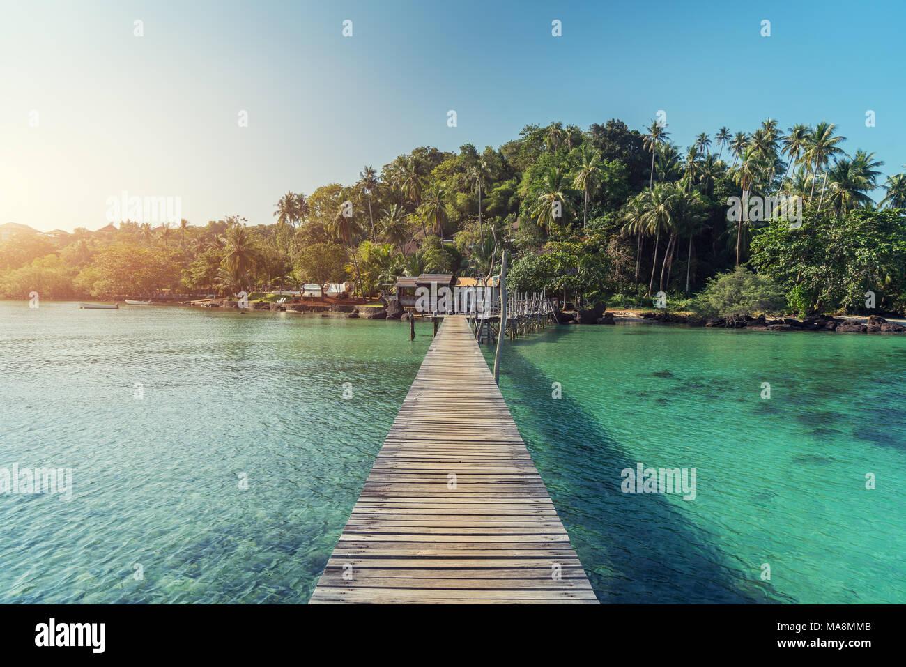 Holzsteg auf einer kleinen Insel im Sommer Meer bei Phuket, Thailand. Sommer, Ferien, Reisen und Urlaub. Stockbild