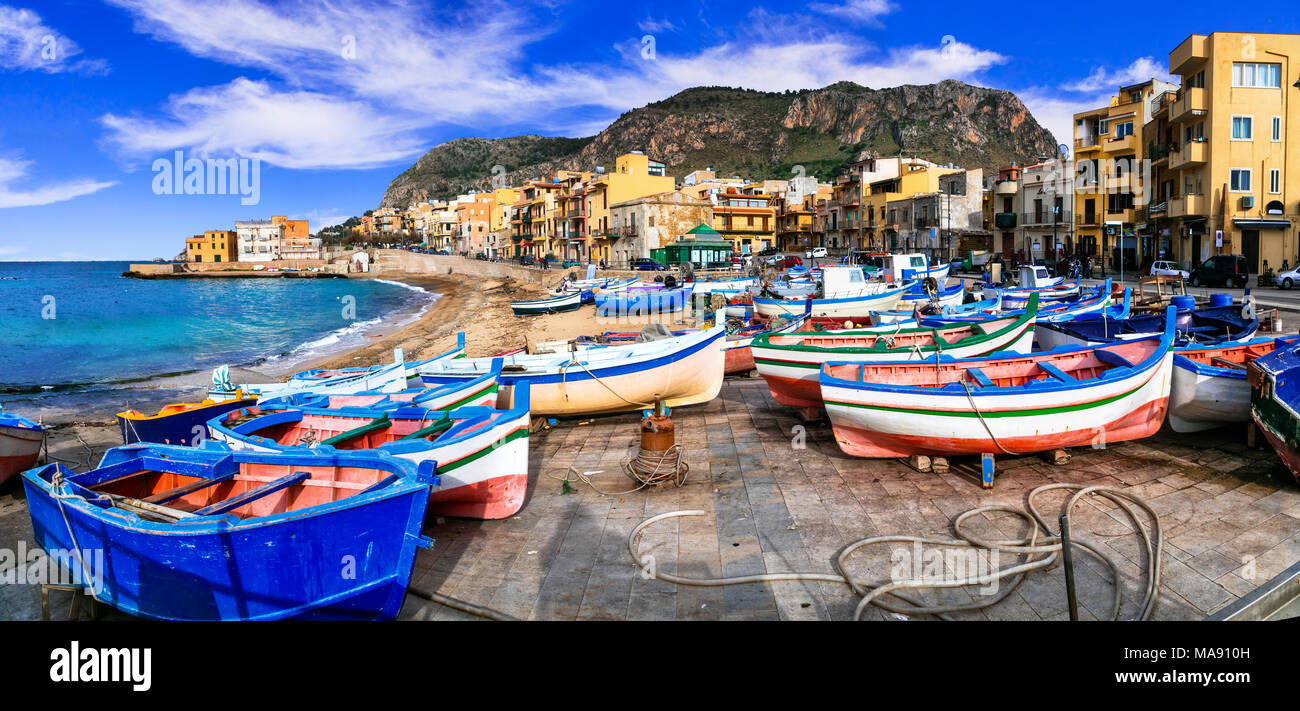Traditionelle Aspra Dorf, mit bunten Häusern und Fischerboote, Sizilien, Italien. Stockbild