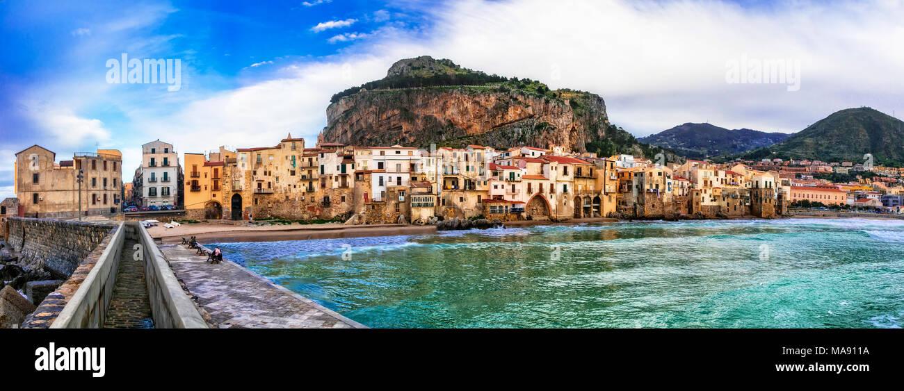 Schöne Cefalu Dorf, mit Blick auf die traditionellen Häuser und Meer, Sizilien, Italien. Stockbild