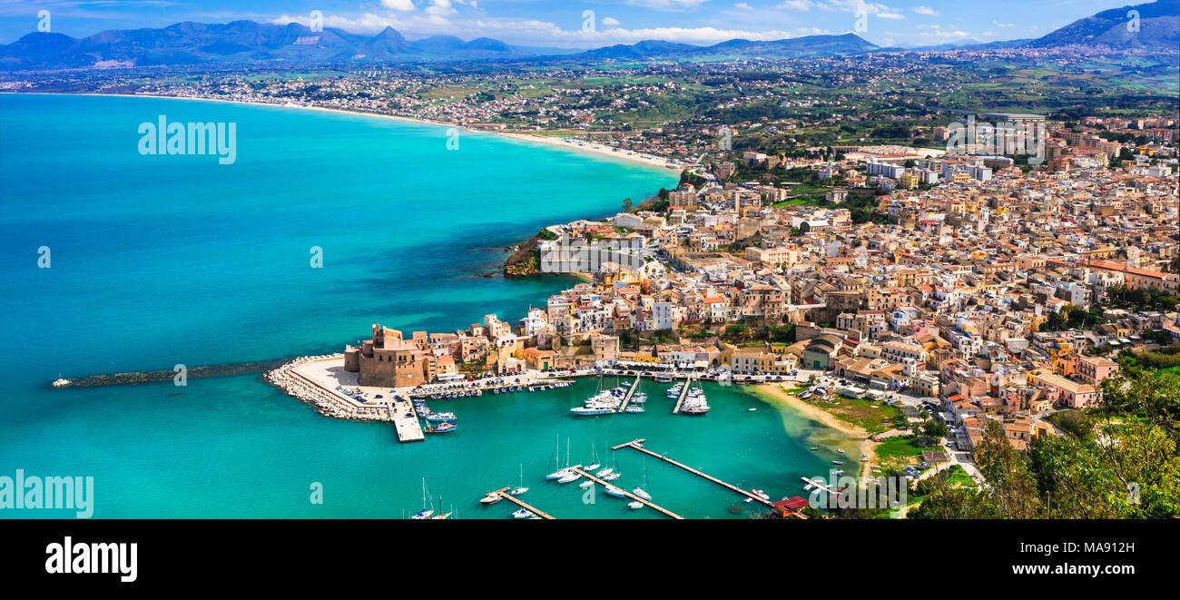 Schöne Castellammare del Golfo, Panoramaaussicht, Sizilien, Italien. Stockbild