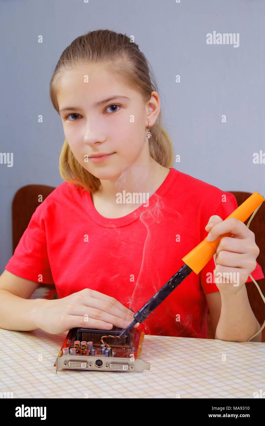 Der Teenager ist Lernen zu löten. Reparatur von einem Computer Grafikkarte Stockbild
