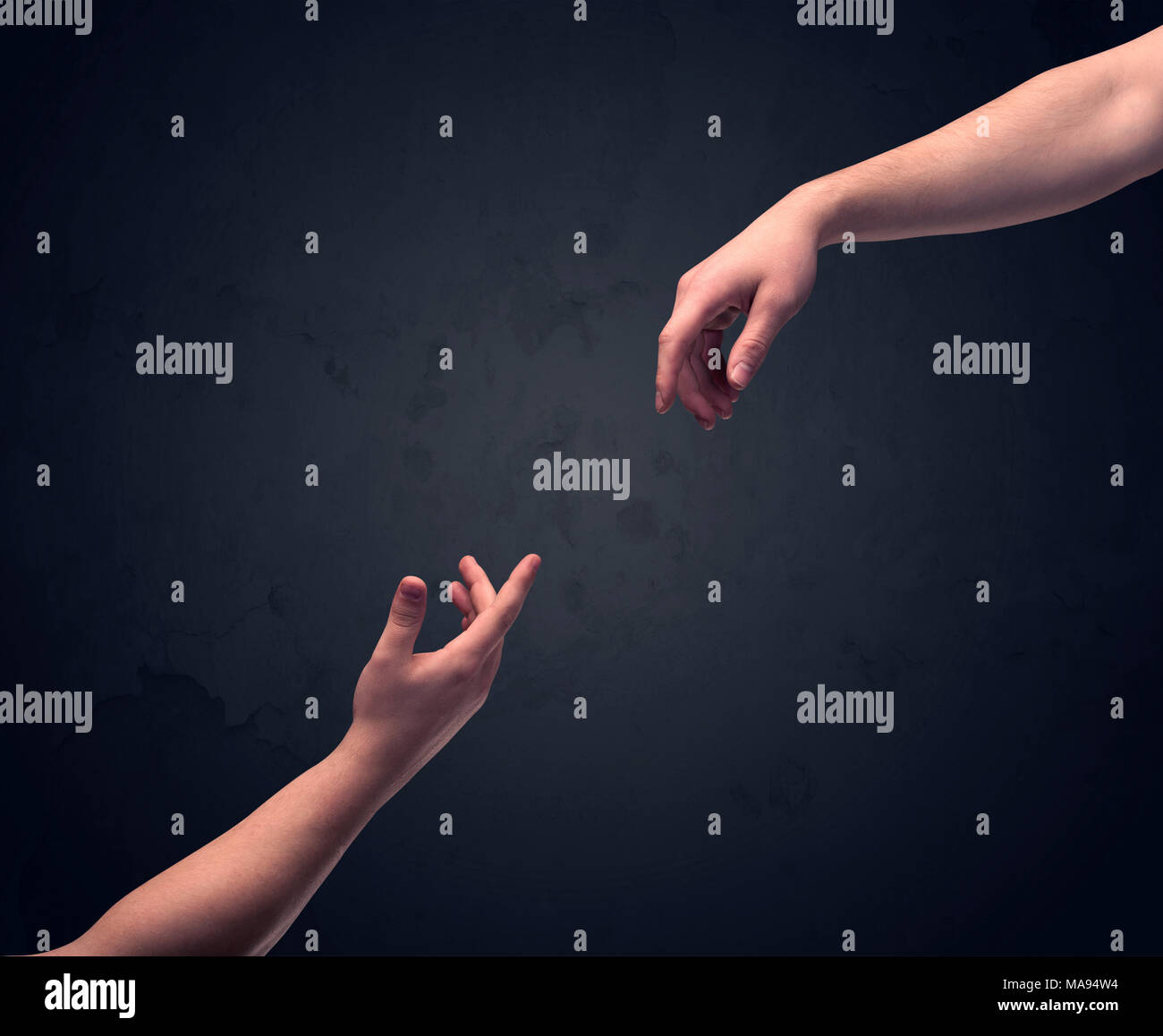 Zwei männliche Hände greifen, um eine andere, fast berühren, vor der dunklen, leeren Hintergrund wand Konzept Stockfoto
