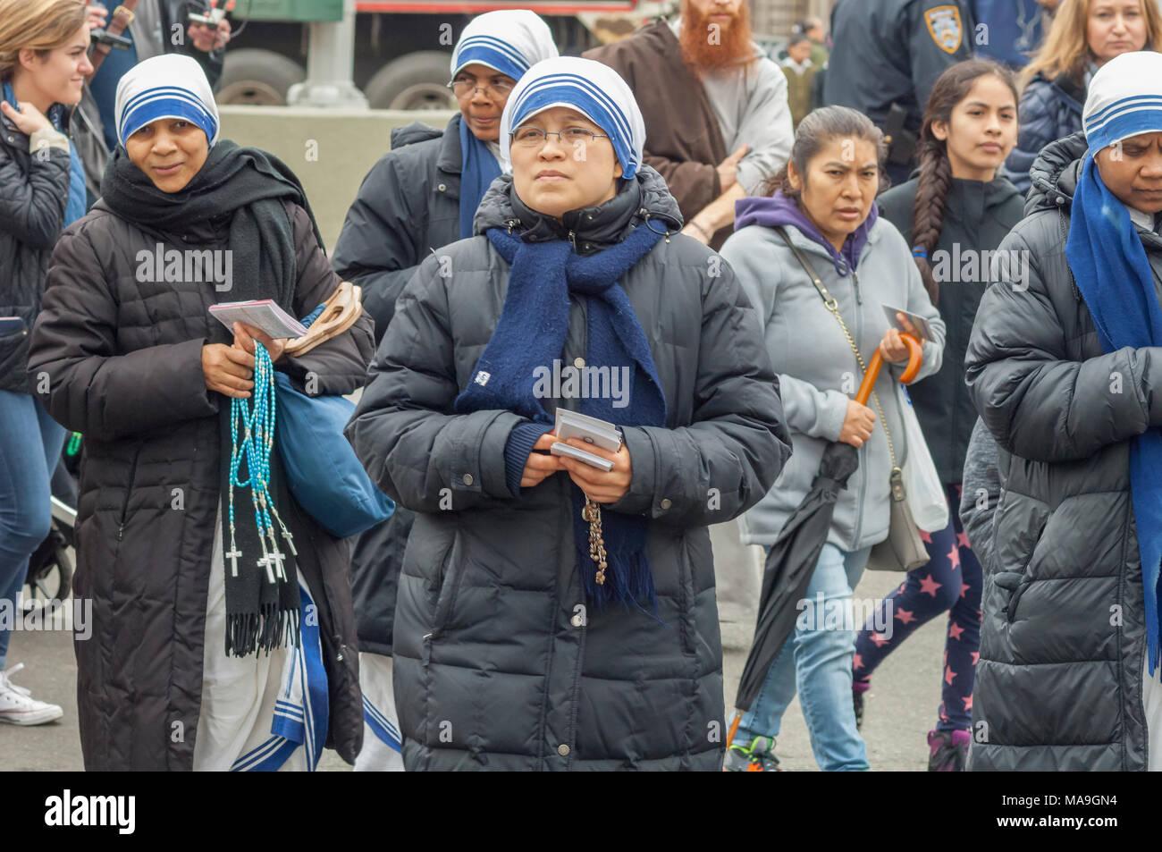 New York, USA. 30. März, 2018. Schwestern von der Nächstenliebe Gemeindemitglieder und Geistliche aus der Franziskaner der Erneuerung melden Sie versammeln sich in Harlem in New York zu ihrem jährlichen Weg des Kreuzes Zeugnis Spaziergang am Karfreitag, 30. März 2018. Die Prozession beginnt im St. Joseph's Kloster in Harlem und endet einige Stunden später an der St. Crispin Kloster in der Bronx, wo ein guter Freitag Service erfolgt. Mehrere hundert Gemeindemitglieder sowie Klerus in der Veranstaltung teilgenommen, Teil der Heiligen Woche, die die Kreuzigung von Jesus Christus erinnert. (© Richard B. Levine) Credit: Richard Levine/Alamy Stockbild