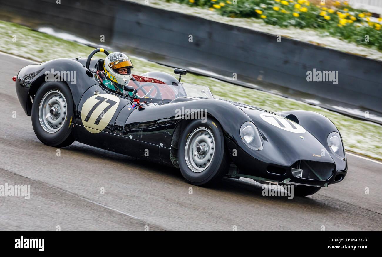 """1959 Lister-Jaguar """"KNORRIGEN"""" mit Fahrer Andrew Smith während der salvadori Cup Rennen in Goodwood 76th Mitgliederversammlung, Sussex, UK. Stockbild"""