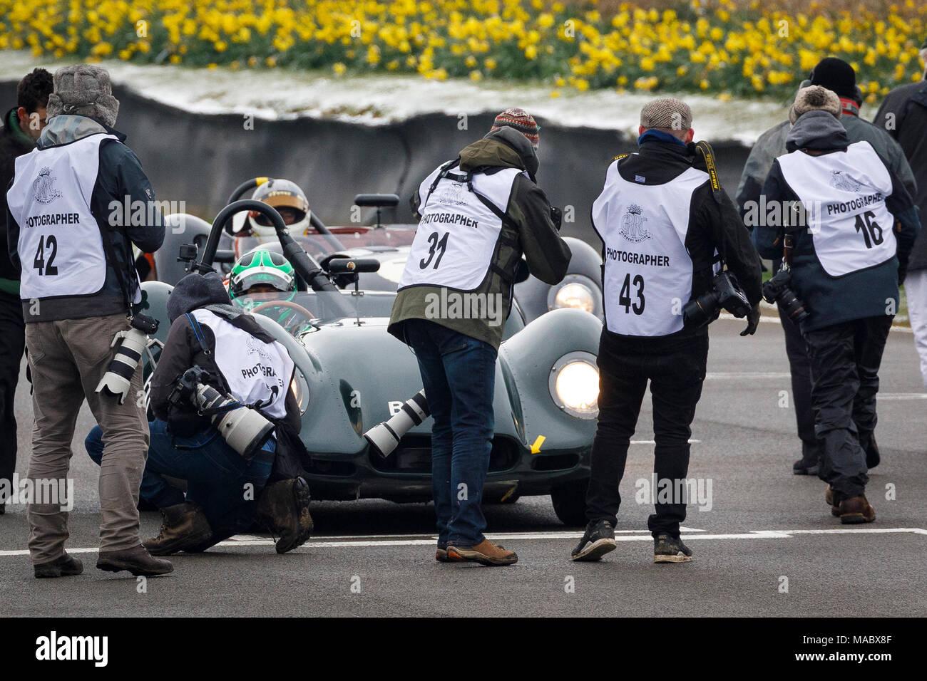 Drücken Sie und Fotografen versammeln sich auf die Startaufstellung für die salvadori Cup Rennen am Goodwood 76th Mitgliederversammlung, Sussex, UK. Stockbild