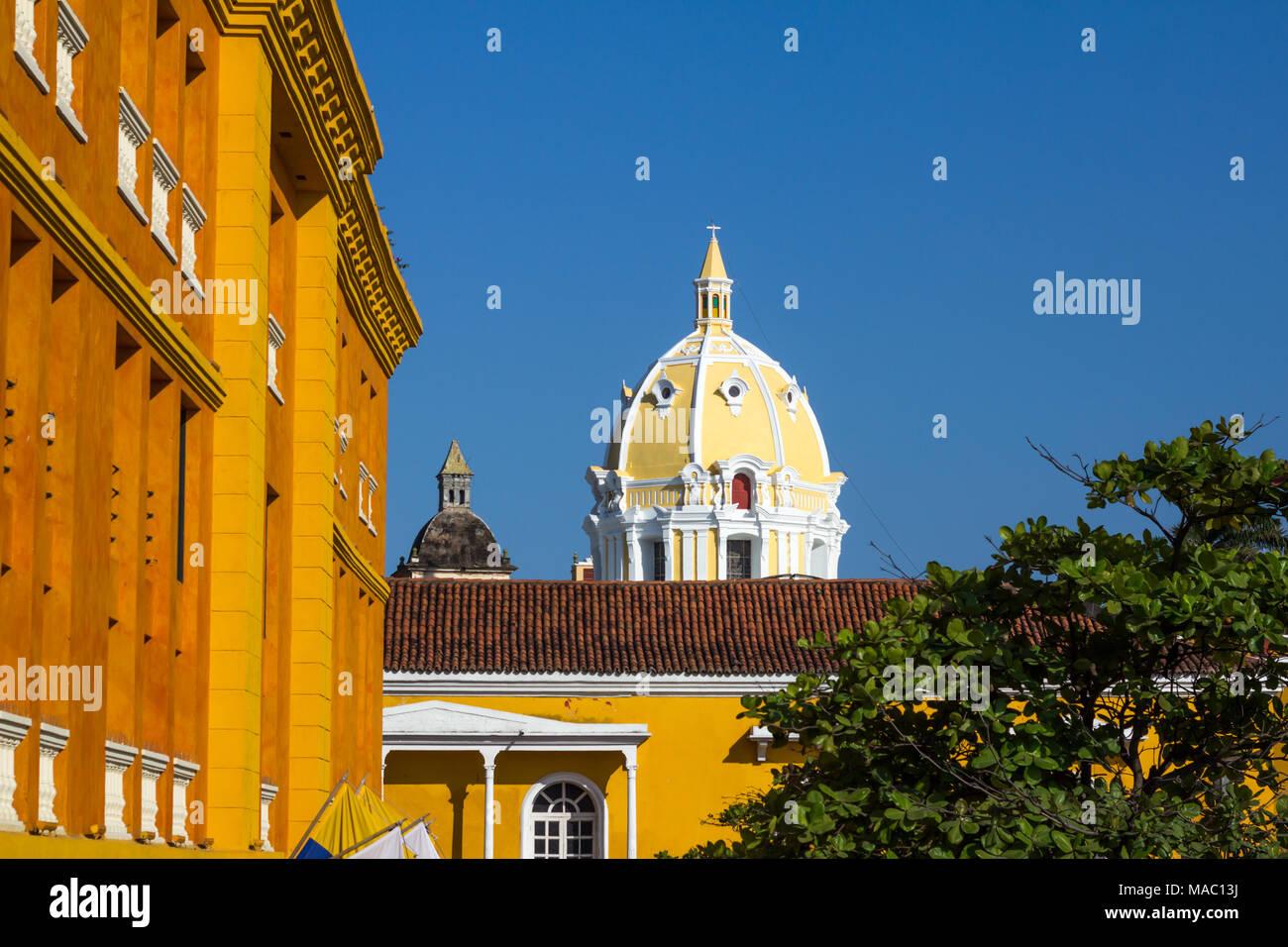 Peaking oben Terracotta Fliesen Dach ist die reich verzierte, hellem Zitronengelb gefärbten Kuppel der Kirche San Pedro Claver durchbohrt Dunkelblauen Himmel. Stockbild