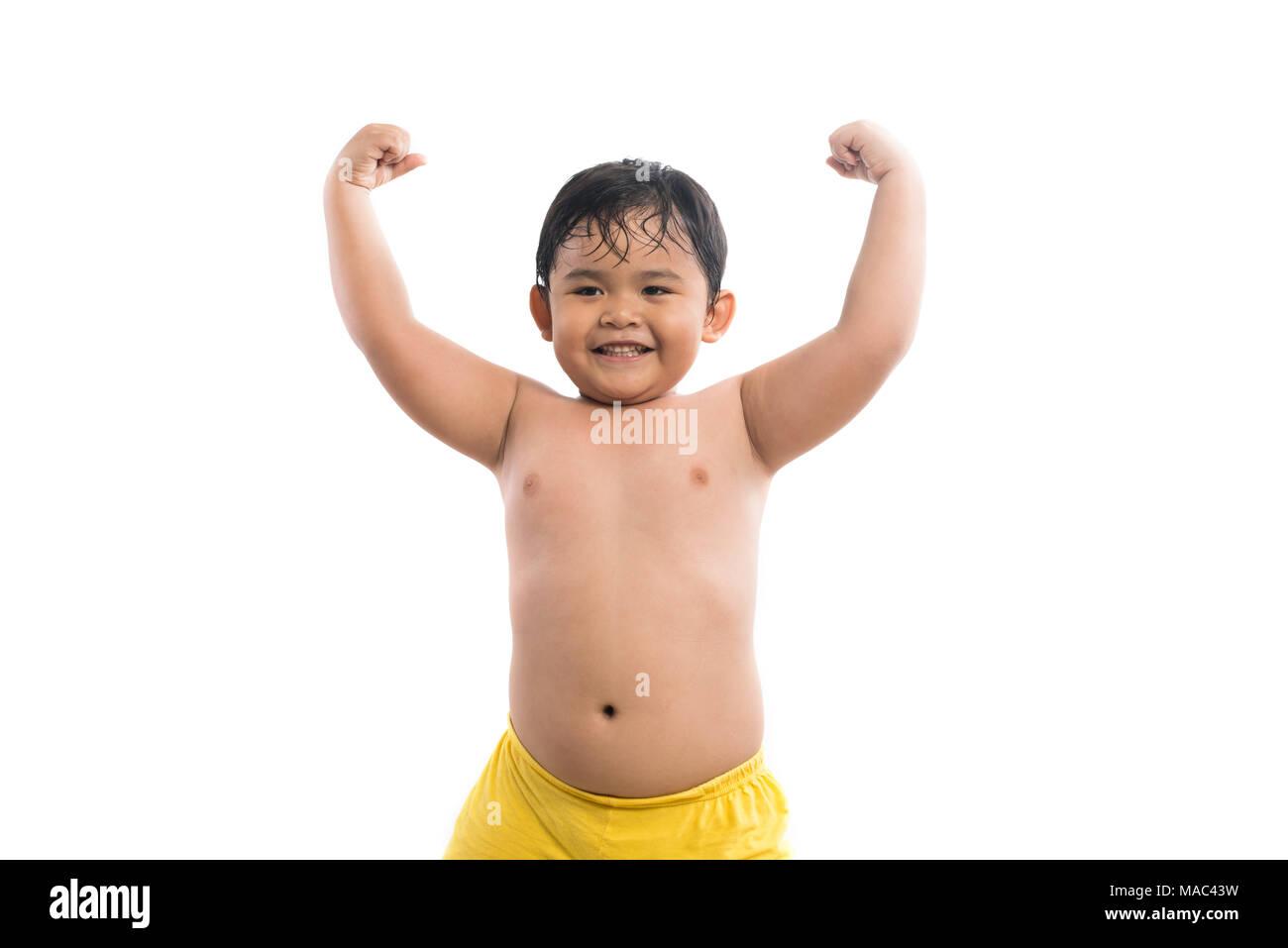 Lustige kleine Junge seine Hand Bizeps Muskeln auf weißem ...