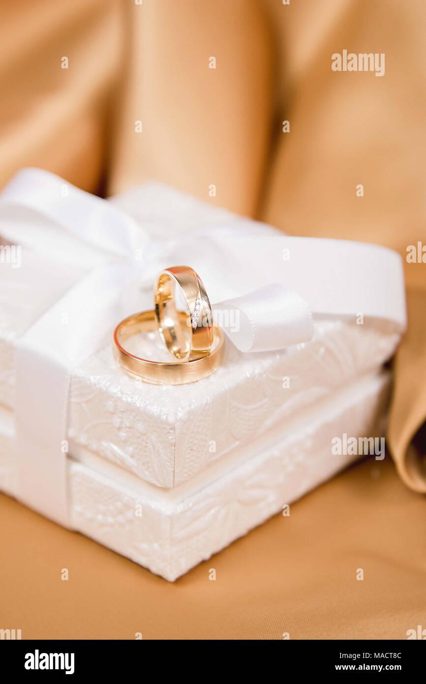 Schone Hochzeit Ringe In Weiss Luxus Box Auf Gelbe Seide Stockfoto