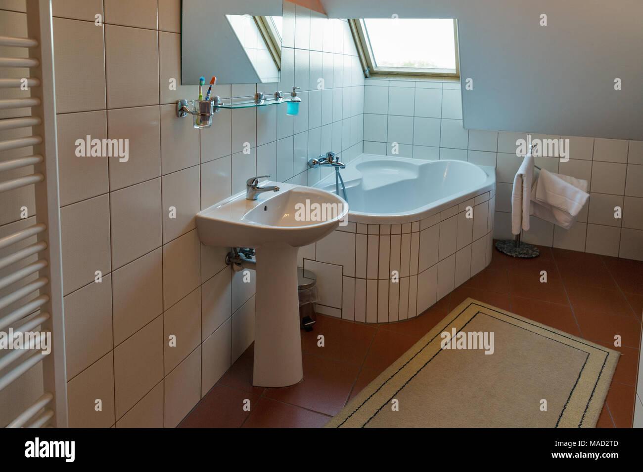Modernes weißes, kleines Bad mit Eckbadewanne, Waschbecken, Spiegel ...