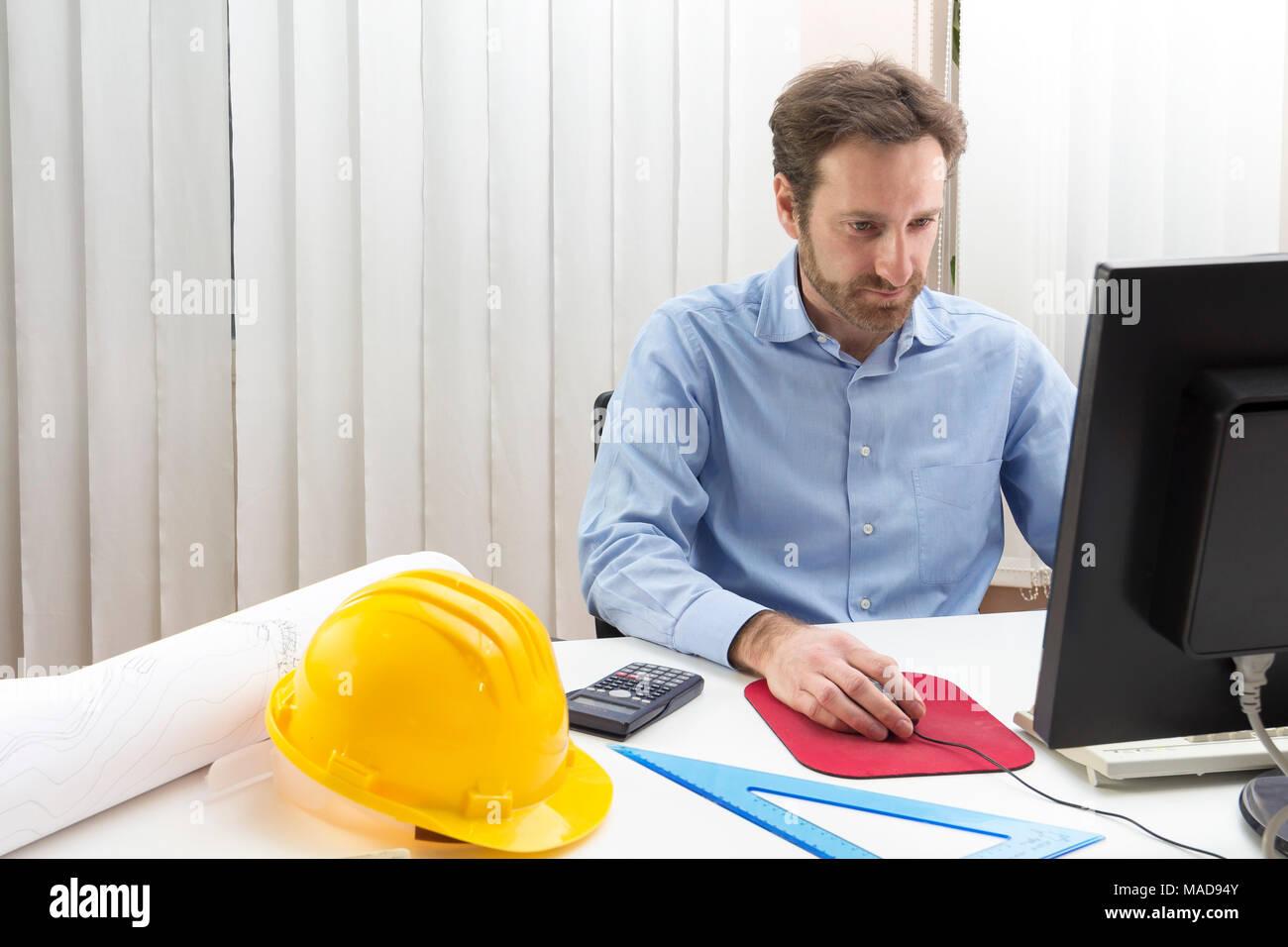 Ingenieur Sitzen vor dem Computer in seinem Büro Stockbild