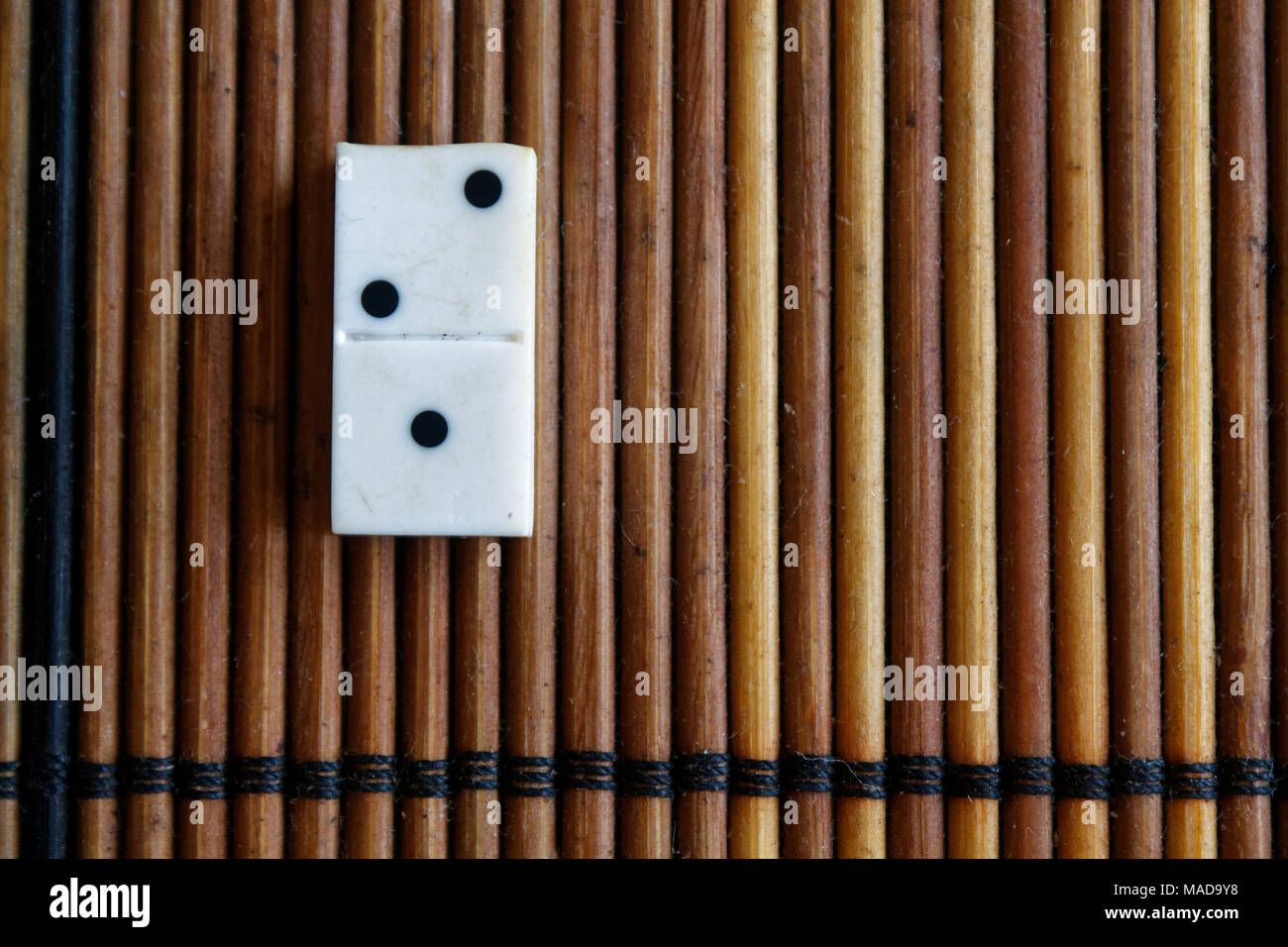 Domino Stück auf dem Bambus braun Holztisch Hintergrund. Domino Set ...