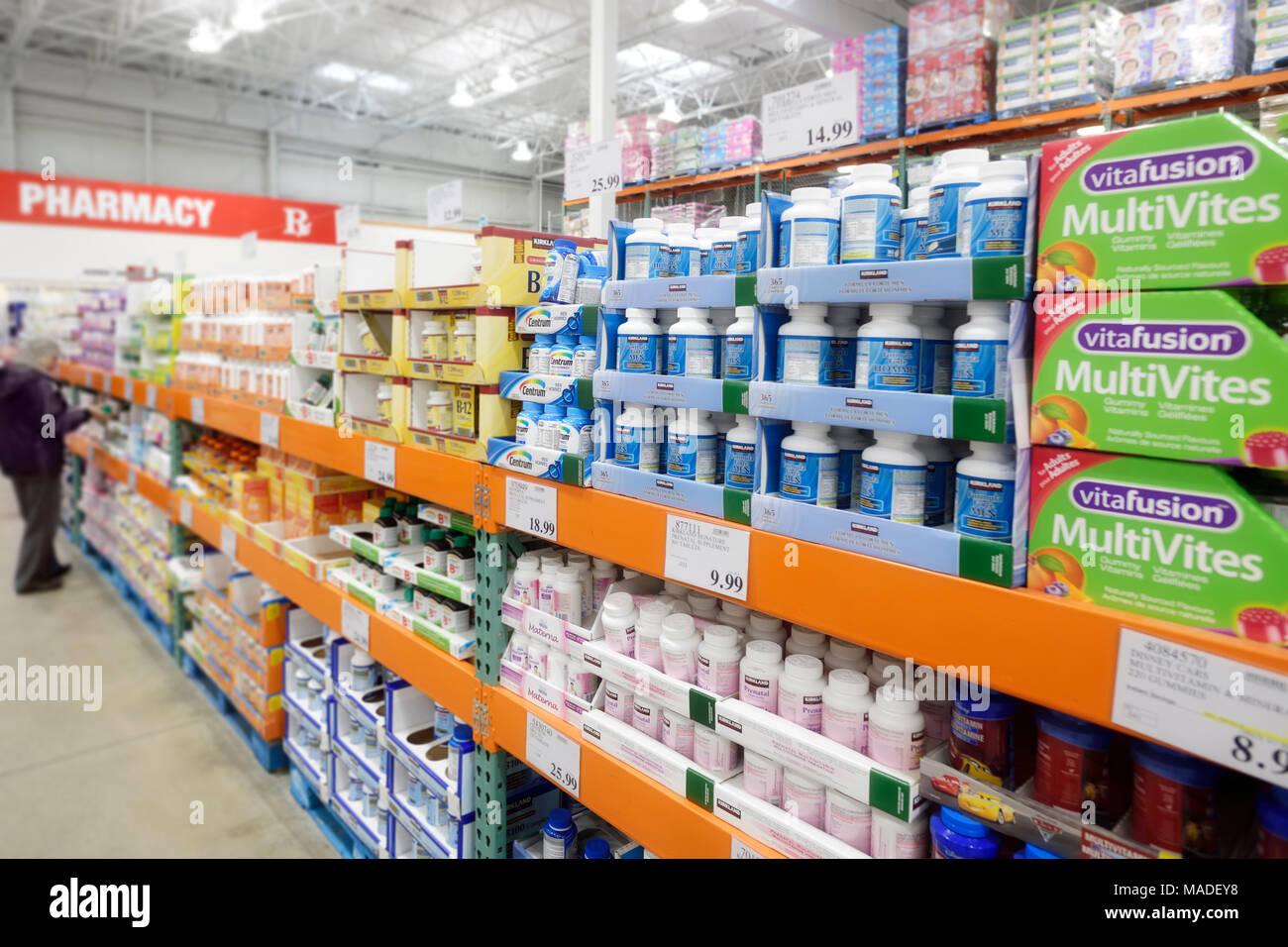 Vitamine und Nahrungsergänzungsmittel bei Costco Wholesale Mitgliedschaft Lagerverkauf Apotheke Abschnitt. British Columbia, Kanada 2017. Stockbild
