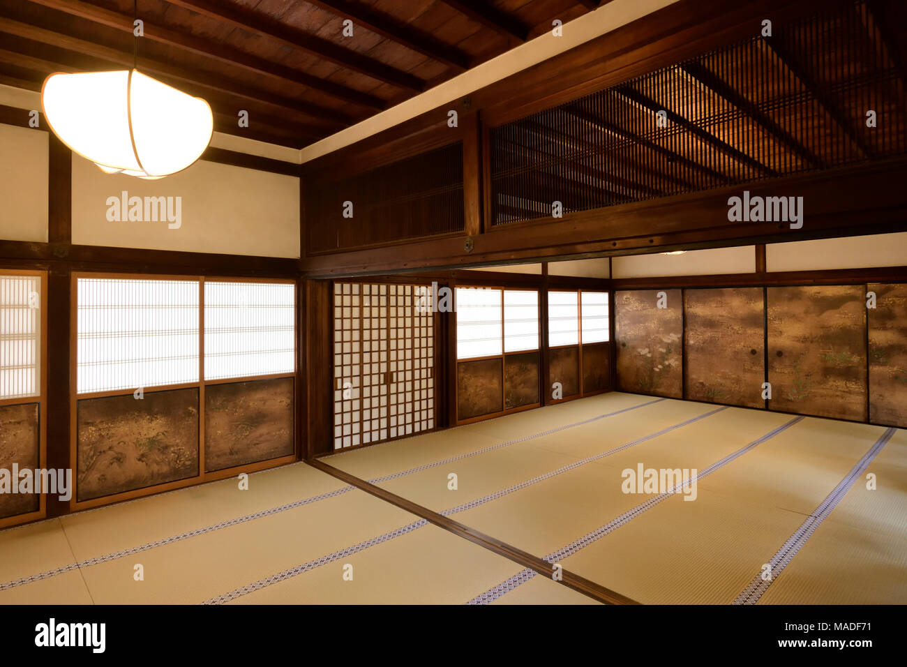 traditionelle japanische temple hall interieur mit tatami matten und lackiert shoji schiebet ren. Black Bedroom Furniture Sets. Home Design Ideas