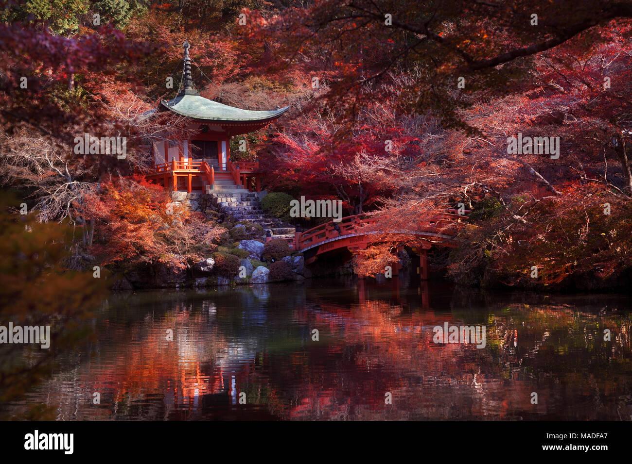 Bentendo Halle mit einer Brücke über einen Teich an Daigo-ji Tempel, in einem wunderschönen rot bunte Herbstlandschaft von japanischen Ahorn Bäume umgeben. Shimo-Daigo Stockbild