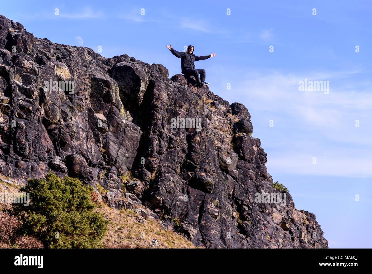Jugend feiert Kletterhügel. Stockbild