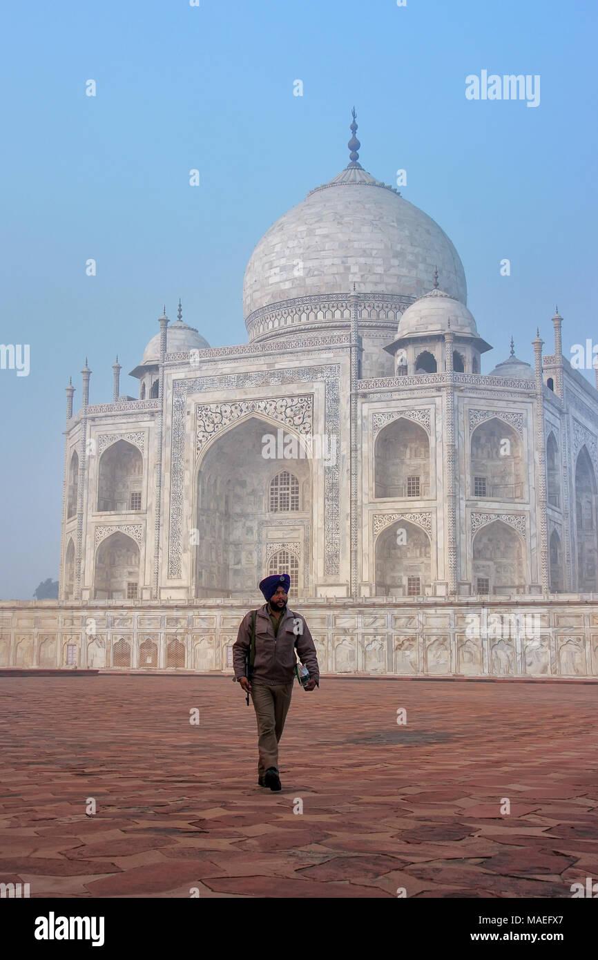 Guard gehen mit Taj Mahal in Agra, Uttar Pradesh, Indien. Taj Mahal wurde als UNESCO-Weltkulturerbe im Jahr 1983 bezeichnet. Stockbild