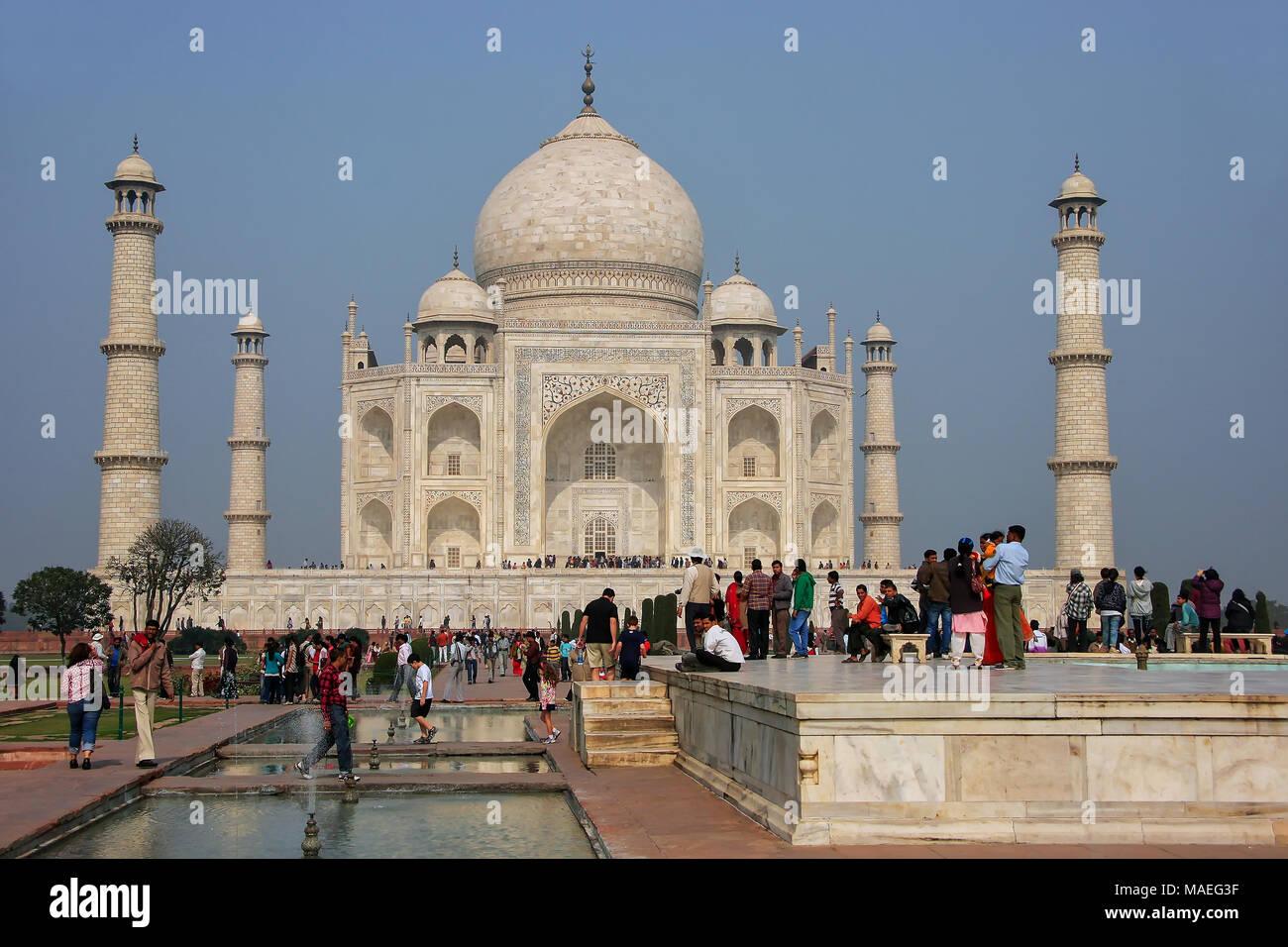 Touristen, Taj Mahal in Agra, Uttar Pradesh, Indien. Taj Mahal wurde als UNESCO-Weltkulturerbe im Jahr 1983 bezeichnet. Stockbild