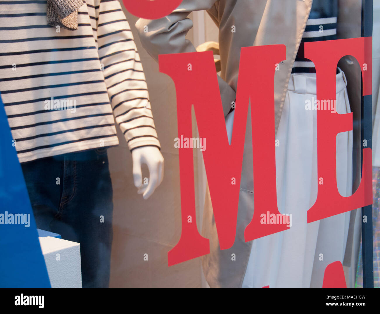Mir roter Text in Boutique fashion shop Stockbild