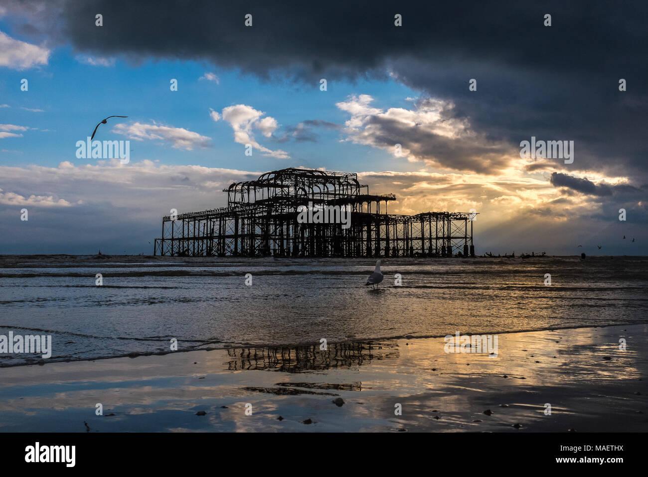 Ebbe in der Brighton West Pier Stockbild