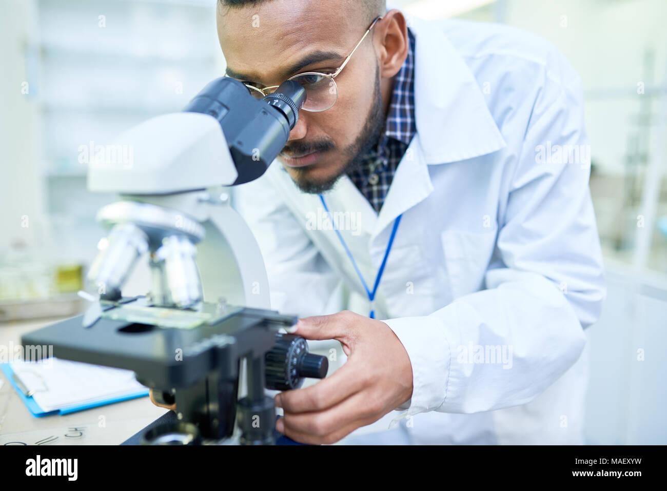 Moderne stattlichen Biologe einstellen Mikroskop Bild vergrößern Stockbild