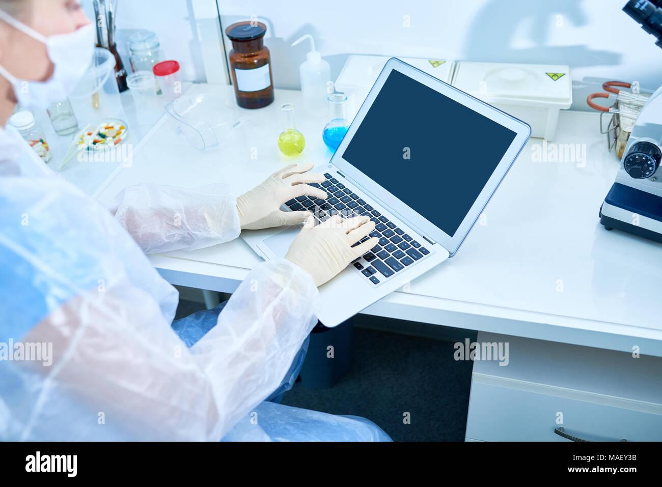 Beschäftigt Forscher Schreiben wissenschaftlicher Artikel Stockbild