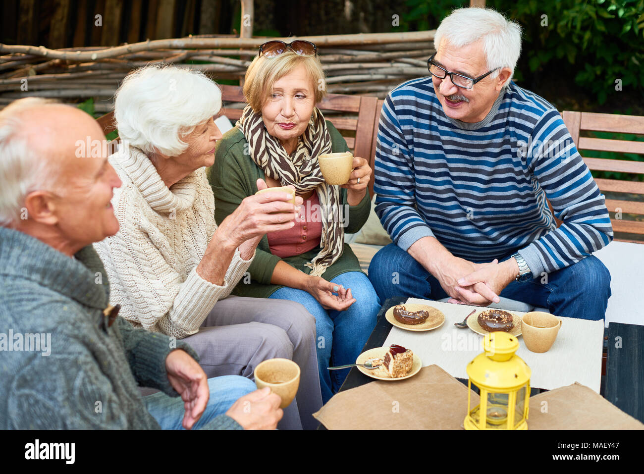 Senior Freunden im Cafe Stockbild
