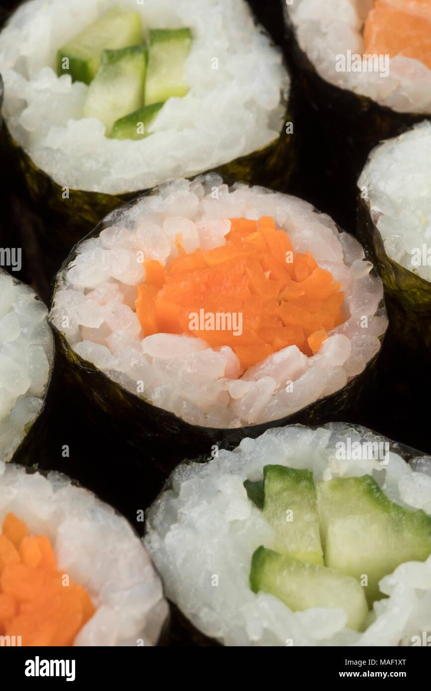 Traditionelles japanisches Sushi Maki mit Karotte und Gurke Nahaufnahme Stockbild