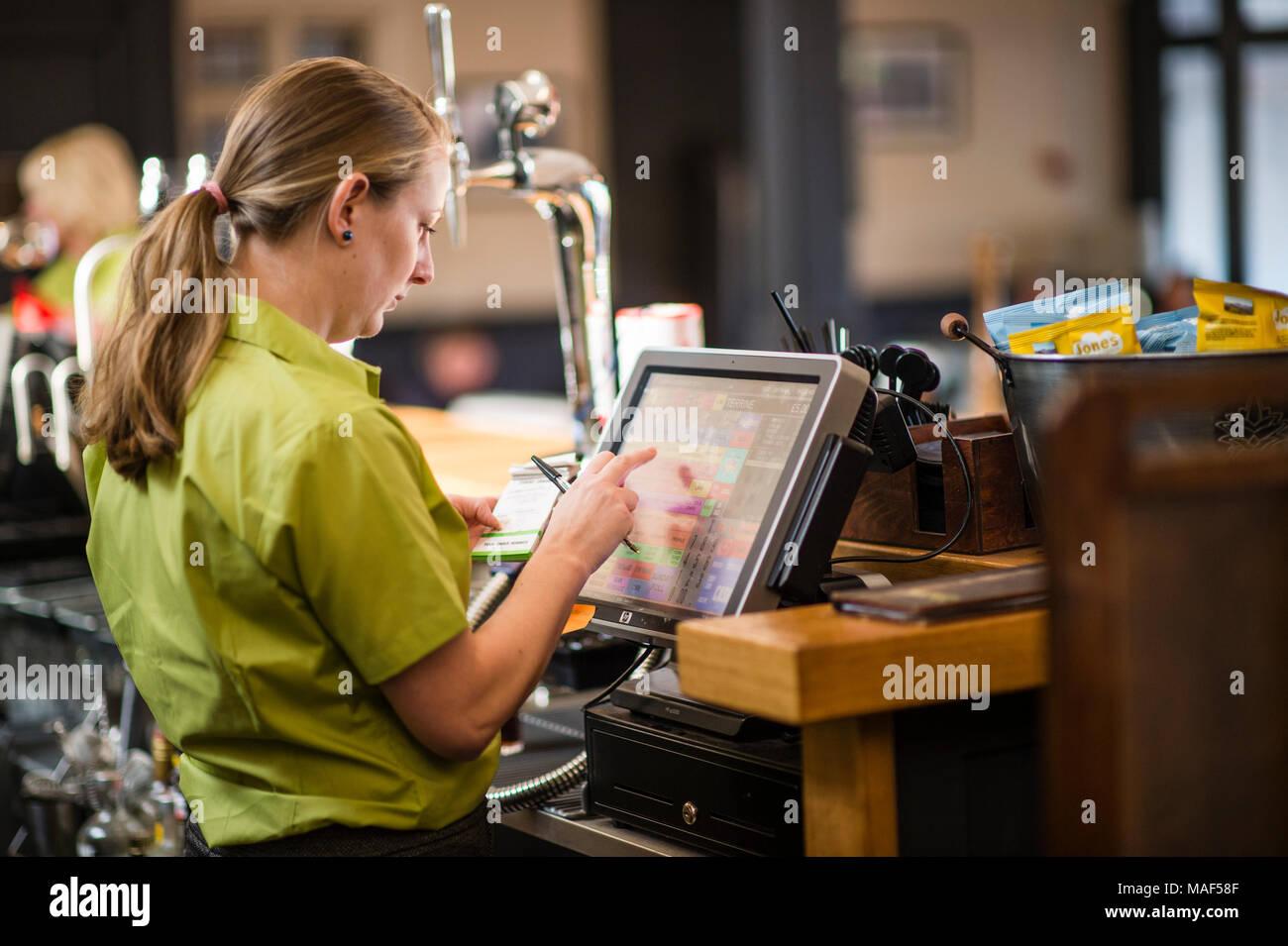 Eine Frau, die ein Arbeitnehmer, Getränke und Essen bestellen auf ...