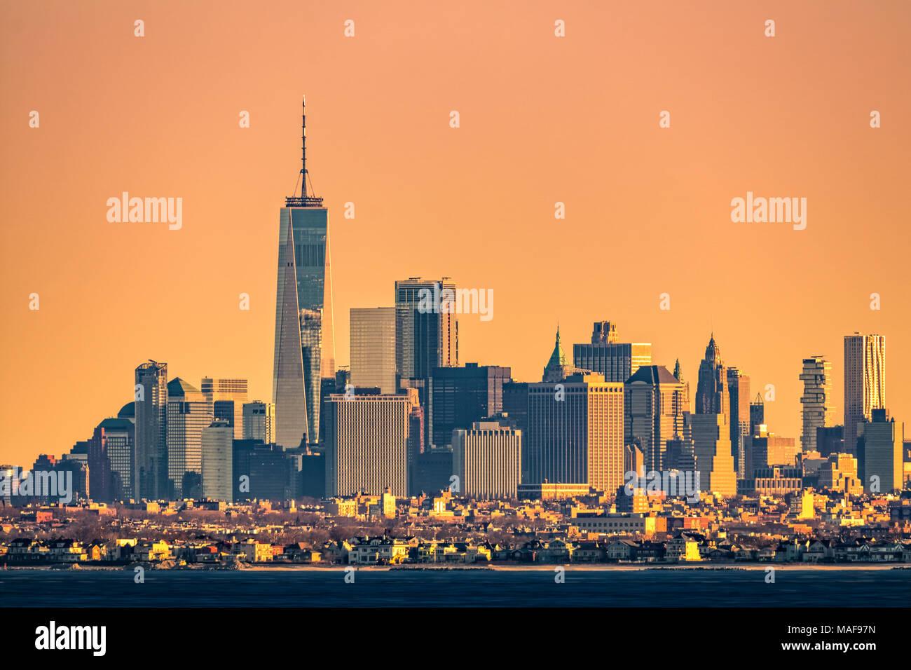 New York Skyline Hochhaus mit flaches Brooklyn Borough im Vordergrund, wie bei Sonnenaufgang gesehen, von Sandy Hook, New Jersey Stockbild