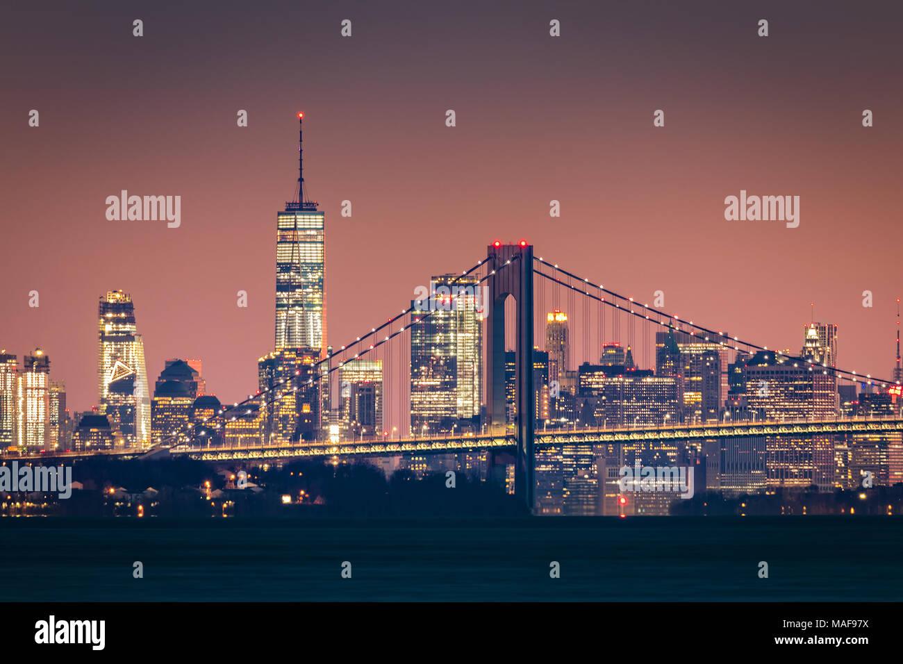 Skyline von Manhattan in der Morgendämmerung erhebt sich hinter Verrazano Bridge Stockbild