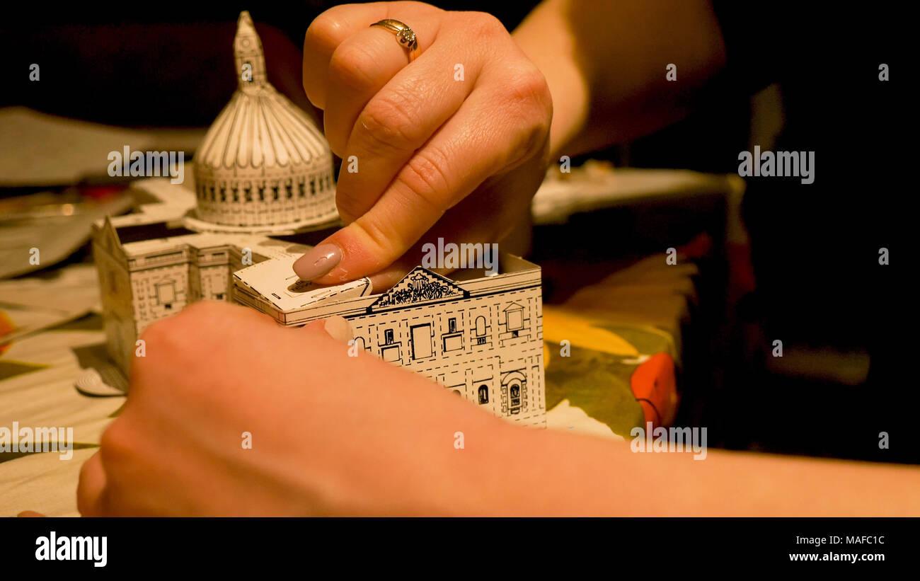 Weibliche Hände Montage Saint Pauls Kathedrale Gebäudemodell zu Hause. Hobby und Freizeit. Stockbild