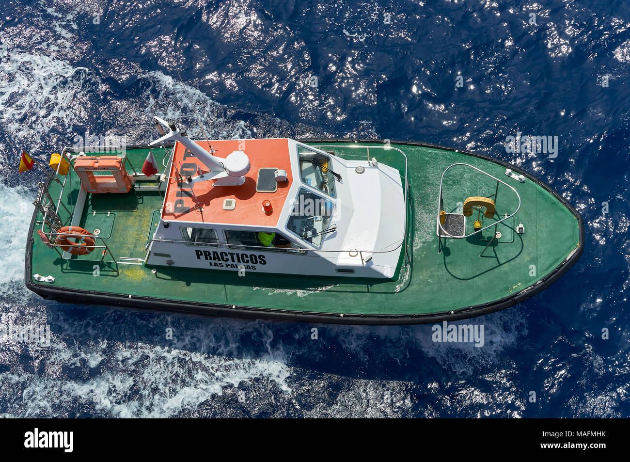Der spanische Pilot Boot Begleitung eine seismische Schiff in den Hafen von Las Palmas auf den Kanarischen Inseln, nachdem sie den spanischen Piloten. Stockbild