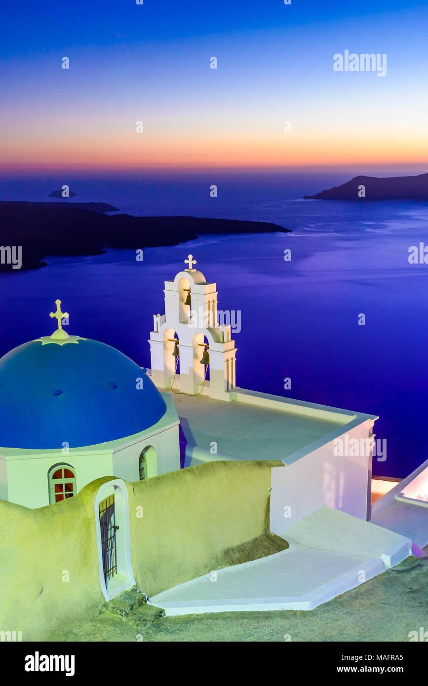 Santorini, Griechenland. Firostefani Dämmerung mit alten griechischen Kirche und Caldera an der Ägäis. Stockbild