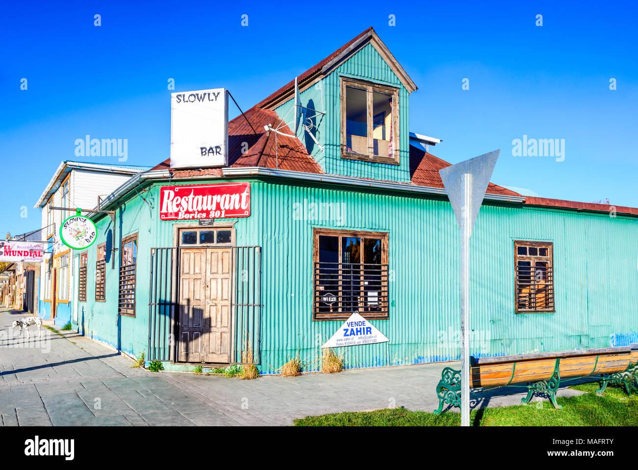Puerto Natales, Chile - April 2017: städtische Szene von Puerto Natales, Süden Patagoniens Stadt, haupttor Torres del Paine nationales Wahrzeichen. Stockbild