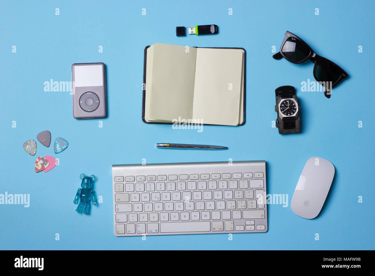 Ein schönes Licht blau kreative Schreibtisch von oben, noch Leben Stockfoto