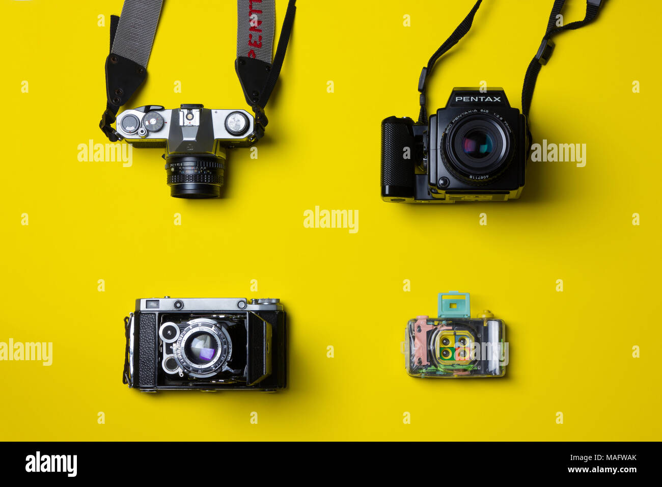 Ein fantastisches Studio shot Der filmkameras von oben gegen einen hellgelben Hintergrund Stockfoto