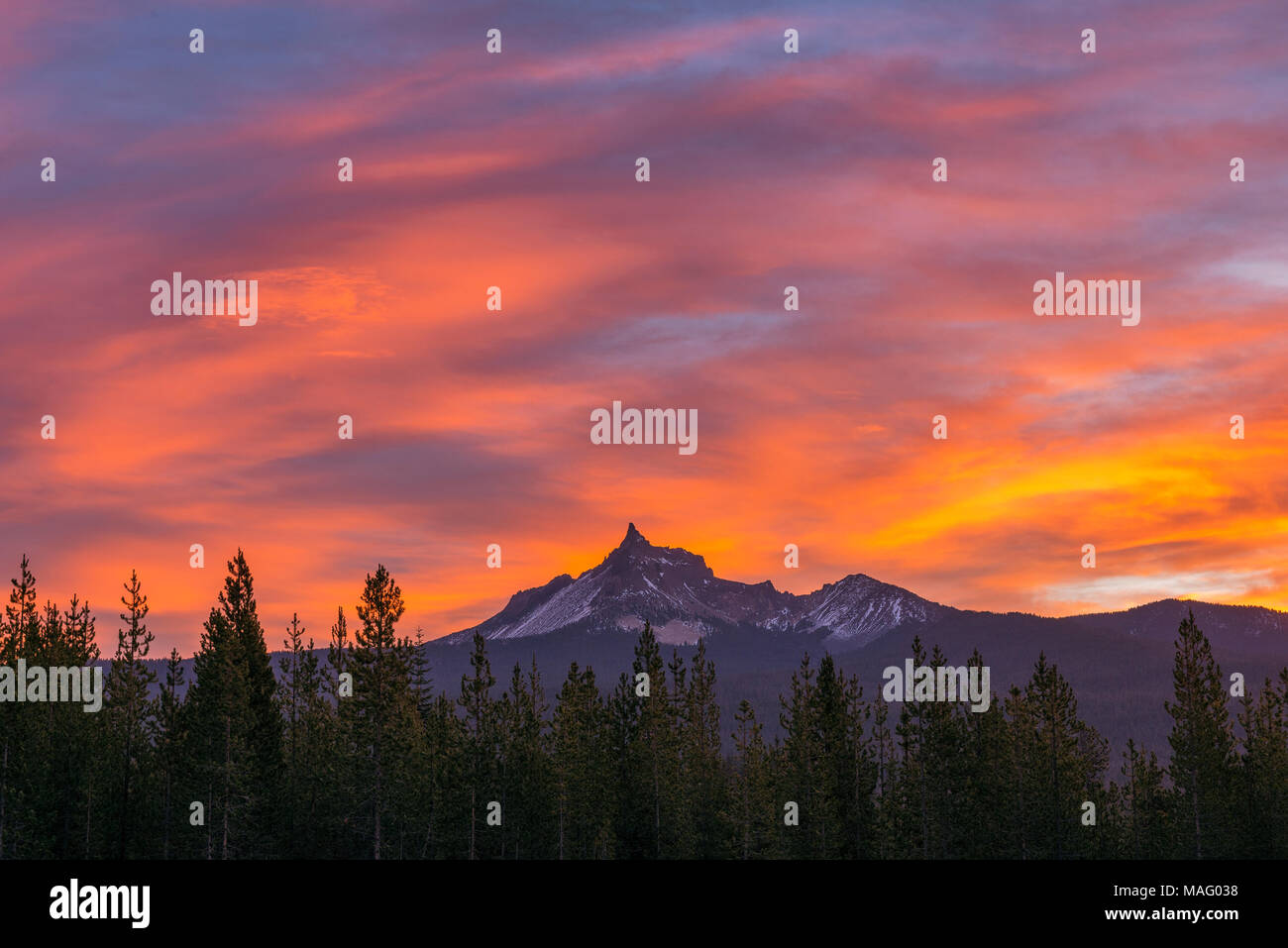 Dawn, Mount Thielsen, Mount Thielsen Wüste, Umpqua National Forest, Oregon Stockbild