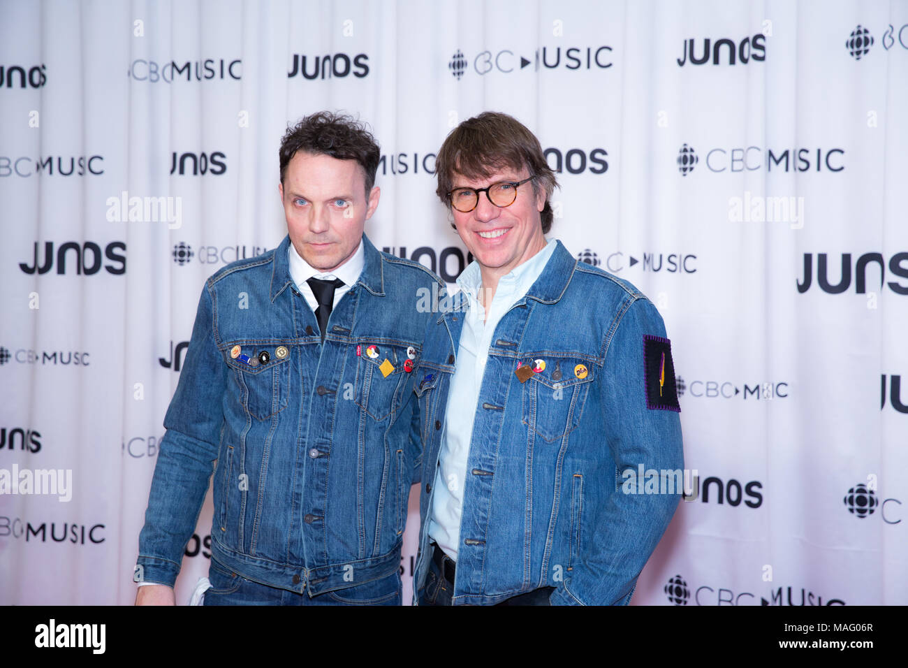 Patrick und Mike Downie backstage nach ehren ihre Mühe Gord Downie am 2018 Juno Awards Gala. Bobby Singh/@fohphoto Stockbild