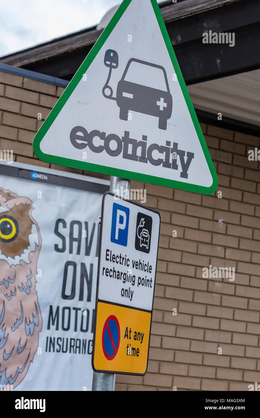 Ein eco Trinity Elektrizität Elektroauto Aufladepunkt an einer Raststätte an der Autobahn m5 in Devon. Eine nachhaltige und umweltfreundliche Stockbild